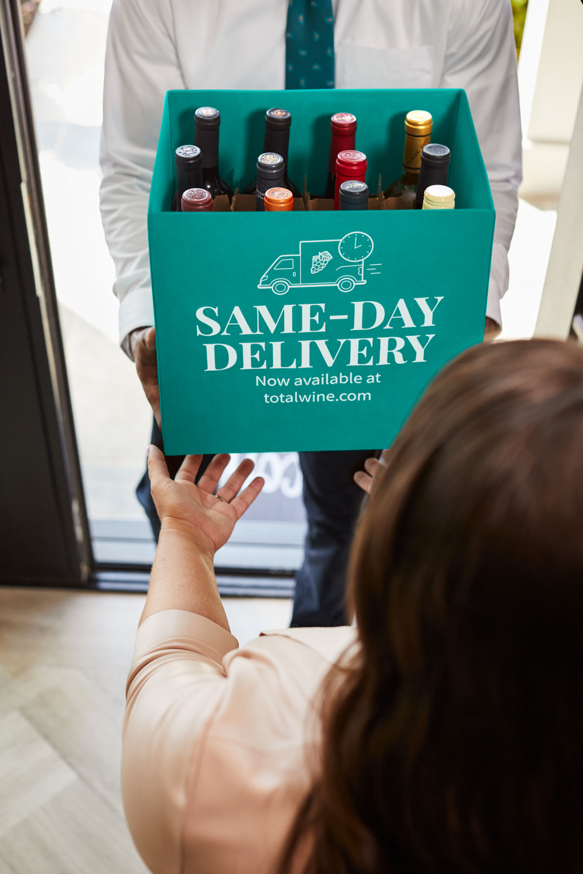 delivering wine in green box, washington dc commercial photography