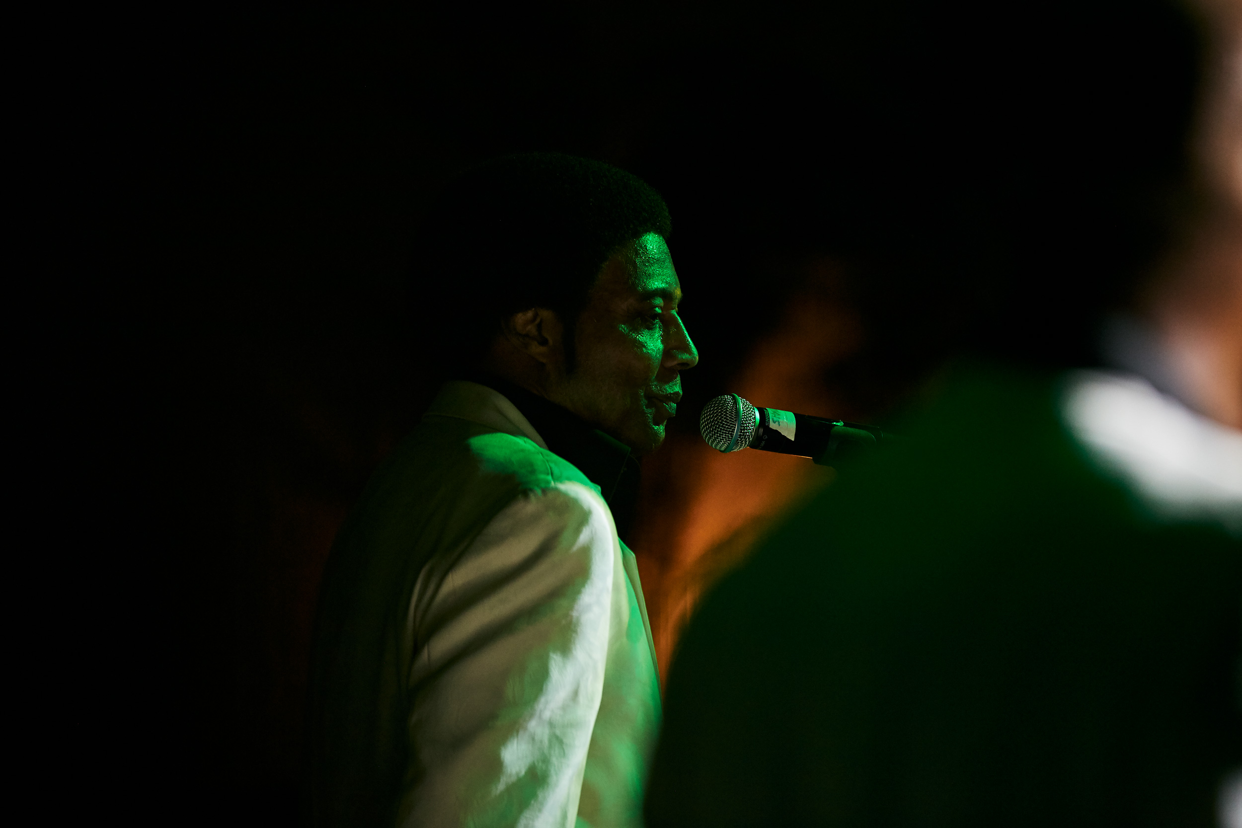 Glenn Leonard singing on stage, washington dc portrait photography